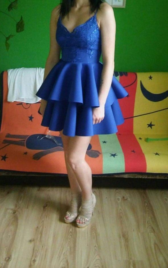 Rozkloszowana sukienka pianka podwójna falbana koronka 34