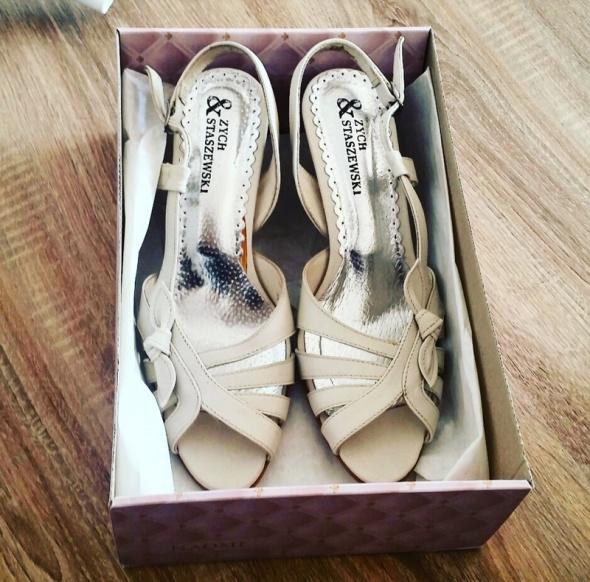 Skorzane sandalki w kolorze nude slubne must have Wesele
