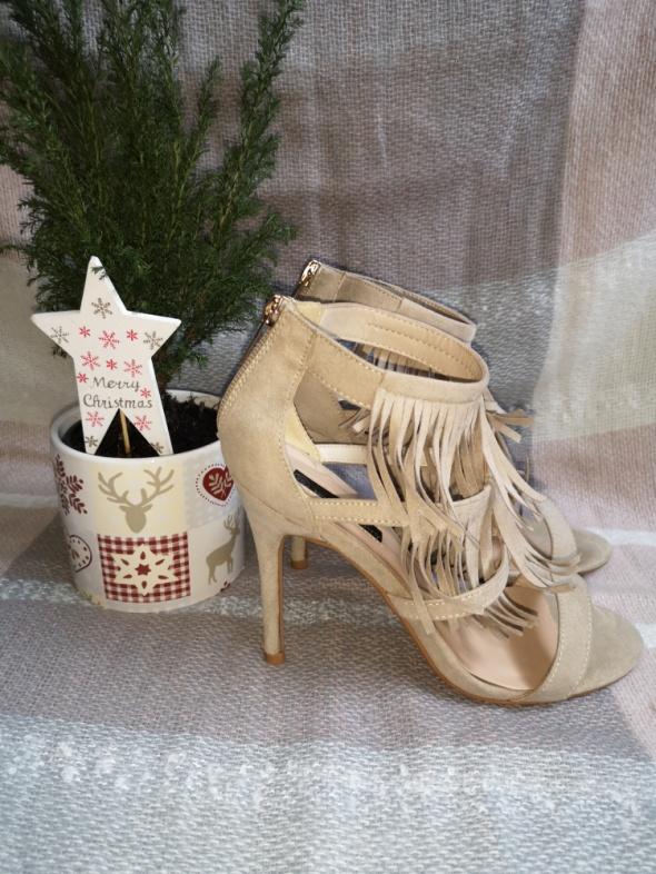 sandały z frędzlami
