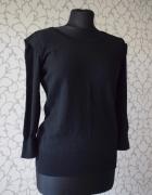 Czarny ponadczasowy sweterek z krótkszym rękawem i zdobieniem F...