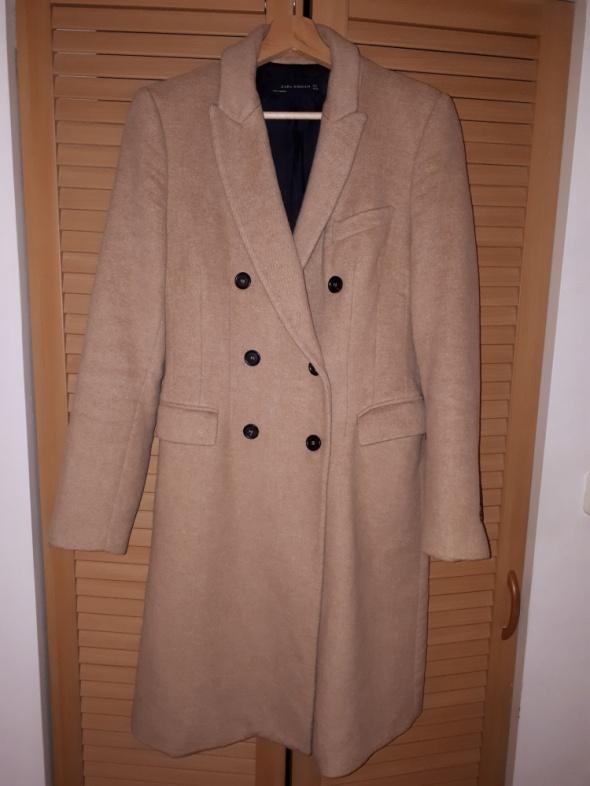 Beżowy płaszcz Zaraz z wełną w składzie