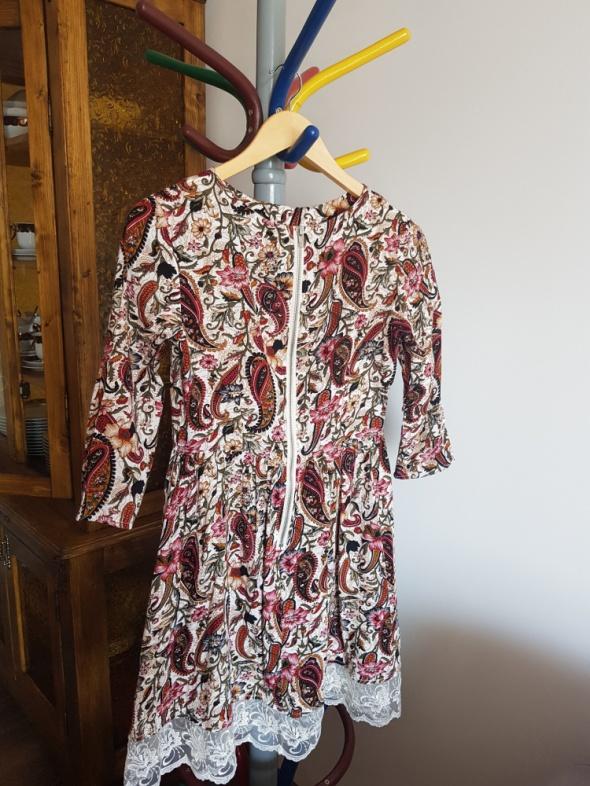 Kwiatowa sukienka z koronką...