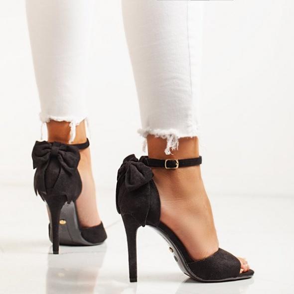 Sandały Czarne sandały na szpilce z ozdobną kokardką