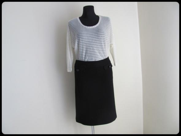 Mini zestaw jasna bluzka i czarna spódnica 40 L