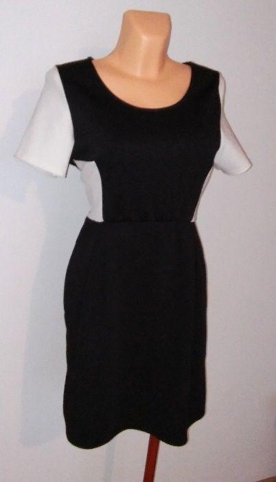 Rozkloszowana nowoczesna sukienka czarno biała na każdą okazję...
