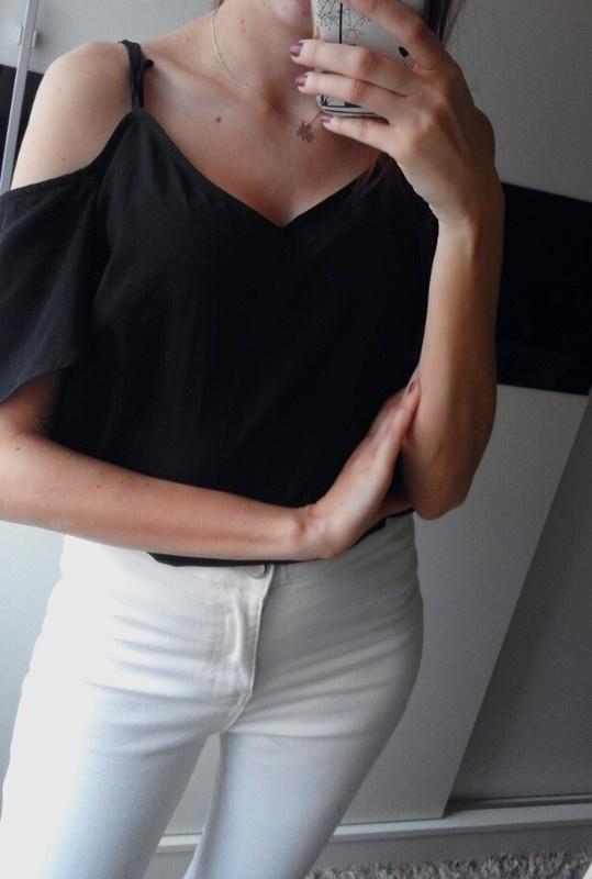 czarna bluzka mgiełka z odkrytymi ramionami