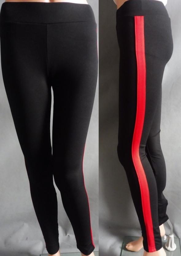 Czarne dopasowane leginsy z czerwonym lampasem po prawej i lewej stronie M