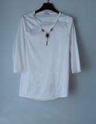 Idealna biała bluzka z naszyjnikiem...