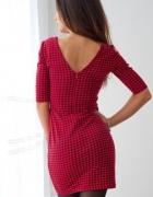 Czerwona dopasowana sukienka w pepitkę...