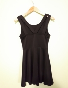 Czarna sukienka z lekko odsłoniętymi plecami 36