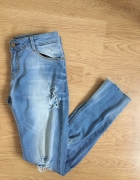 mom jeans z dziurami bershka poszarpane nogawki rozdarcia...