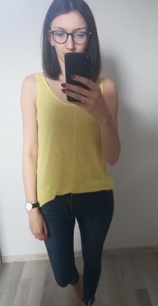 Żółta bluzka o fasonie oversize...