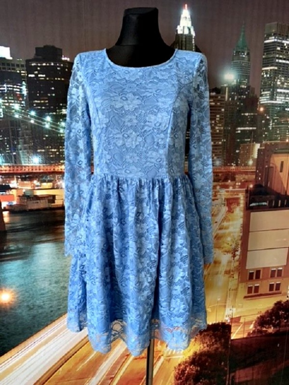 lucy wang sukienka koronowa błękitna posiada wycięcie na plecach 40