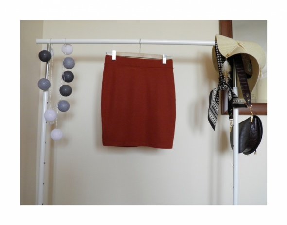 Ruda spódnica na gumce marki Ahlens