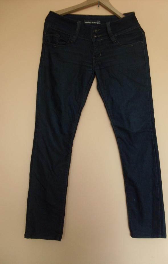 Czarne dżnisy spodnie M z ozdobami na kieszeniach