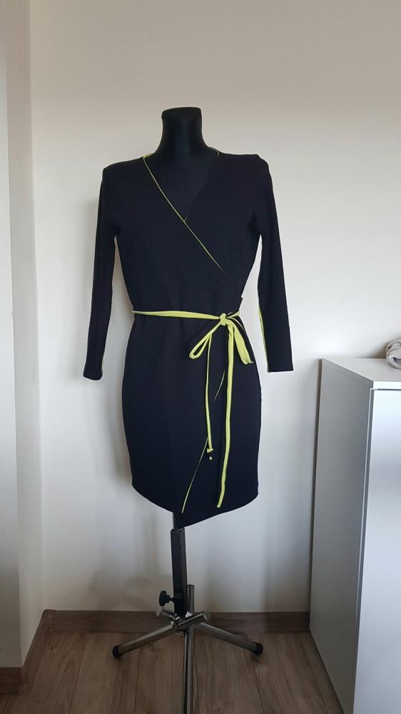 Czarna zakładana sukienka...