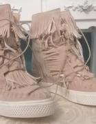 Beżowe sneakersy na koturnie...