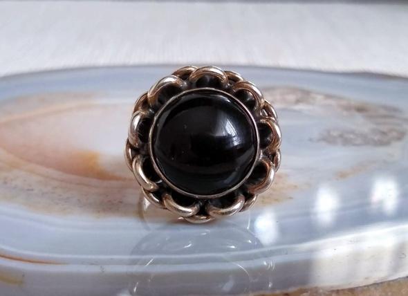 Srebrny pierścionek kwiat z onyksem