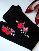 Czarne jeansy MOM z haftem...