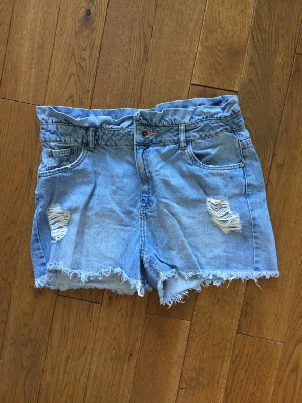 Jeansowe spodenki z przetarciami RESERVED rozm 42...