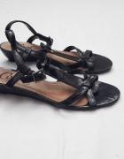 Lakierowane czarne sandałki