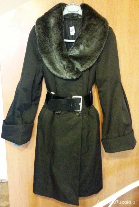 Płaszcz z futrzanym kołnierzem