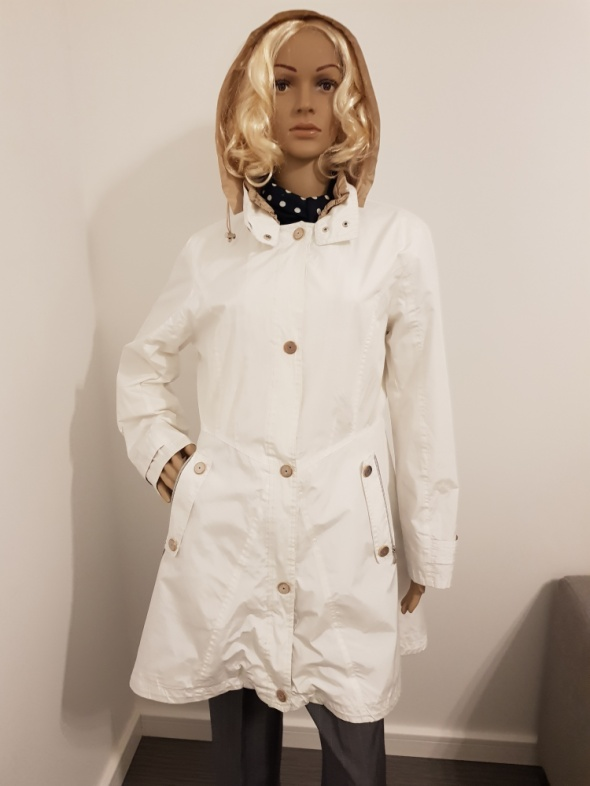 Biała kurtka wiatrówka marki Monnari...