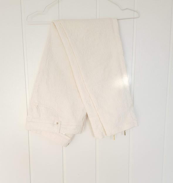 Eleganckie spodnie H&M 44 XXL białe kremowe wzór tłoczony żakard cygaretki