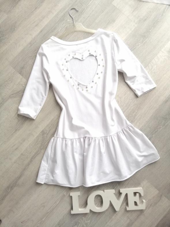 Suknie i sukienki Biała sukienka z falbanką wycięte plecy serduszko z perełkami