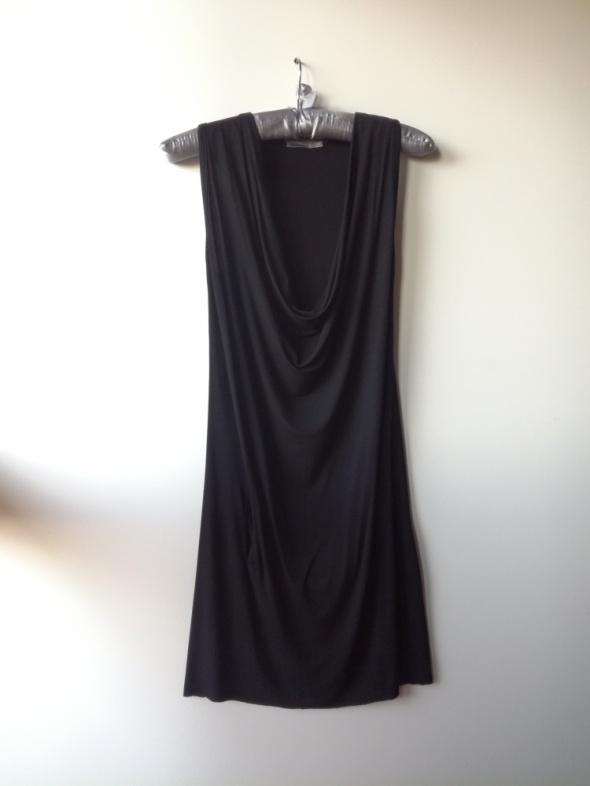 Czarna zwiewna sukienka Unisono...