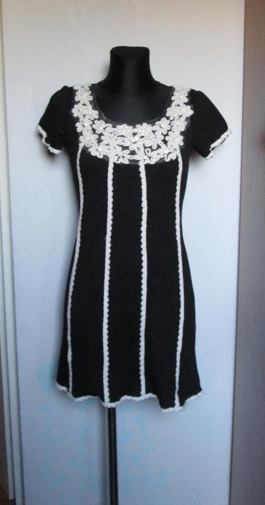 QUIZ śliczna czarna sukienka ze zdobieniami w kolorze ecru