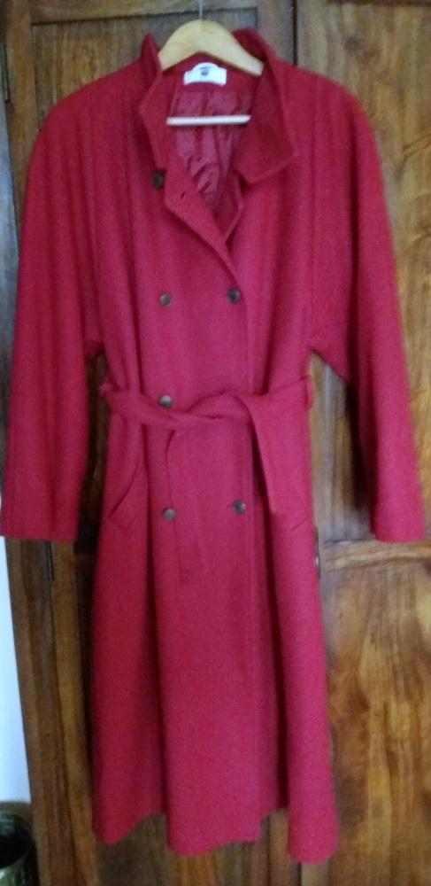 Czerwony lekko ocieplony płaszcz...
