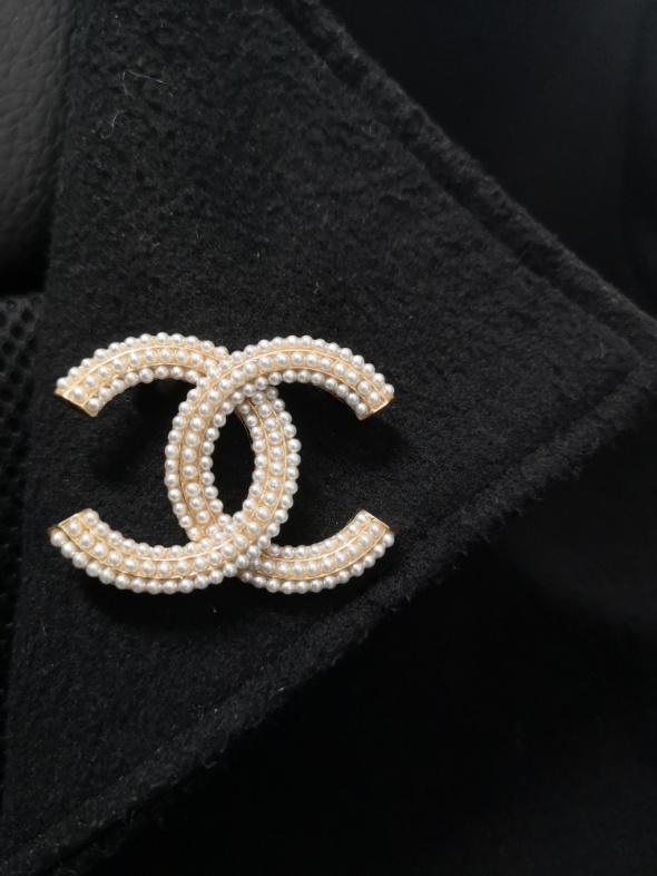 Modna broszka cc perły złota styl chanel