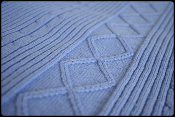 Pastelowo niebieski sweter z golfem ciepły 38 M