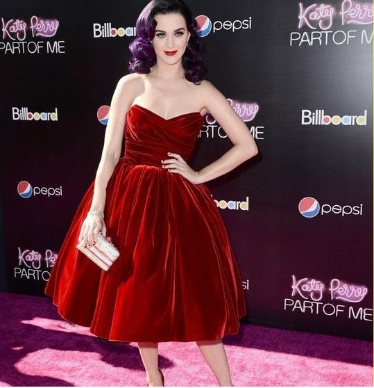 Najmodniejsza welurowa sukienka czerwona studniówk