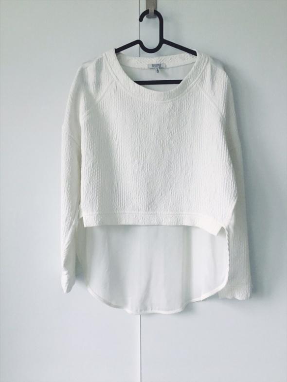 elegancka bluza wytłaczana asymetryczna Bershka