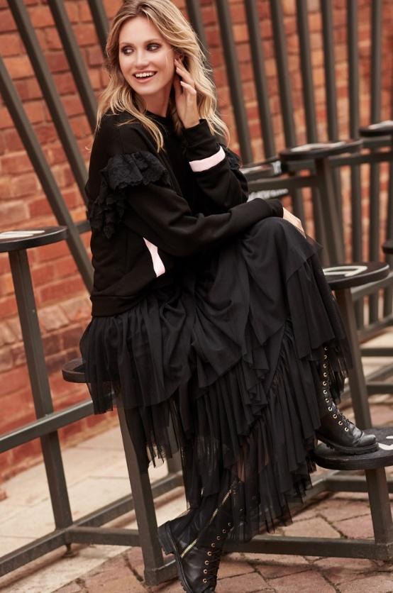 Długa czarna tiulowa spódnica Makadamia zestawiona ze sportową bluzą
