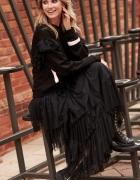 Długa czarna tiulowa spódnica Makadamia zestawiona ze sportową ...