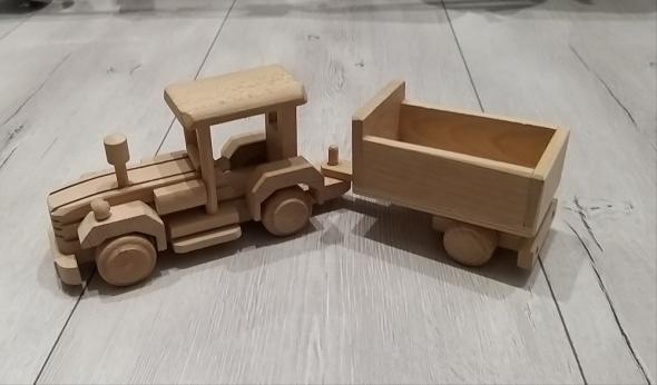 Drewniany traktor z przyczepą...