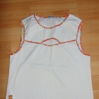 Biała bluzka z wycięciem na dekolcie