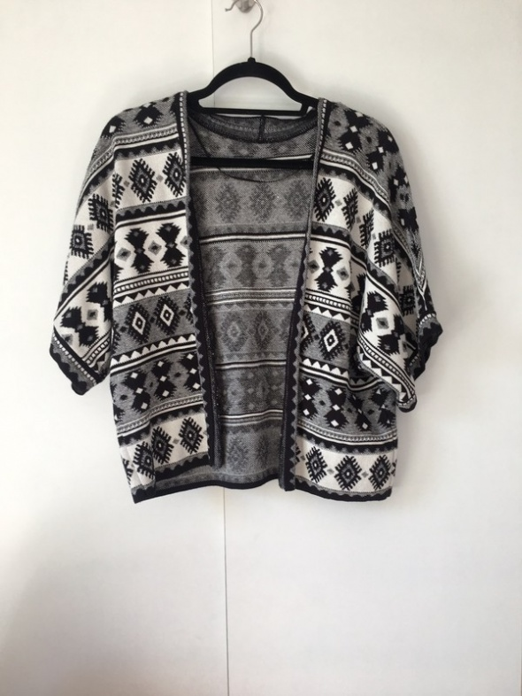 sweter narzutka we wzory czarno bialy