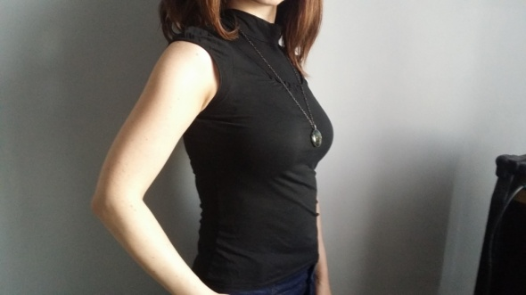 Czarna bluzeczka elegancka ze stójką