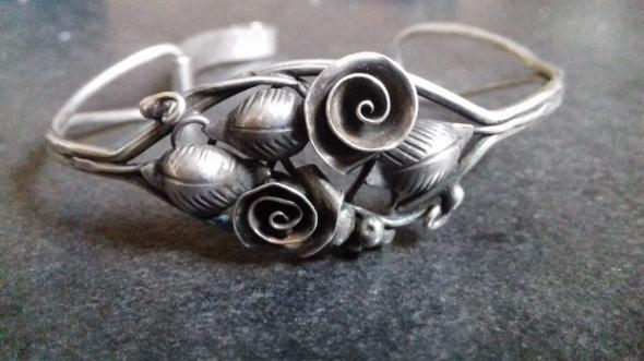 Stare srebro z różami