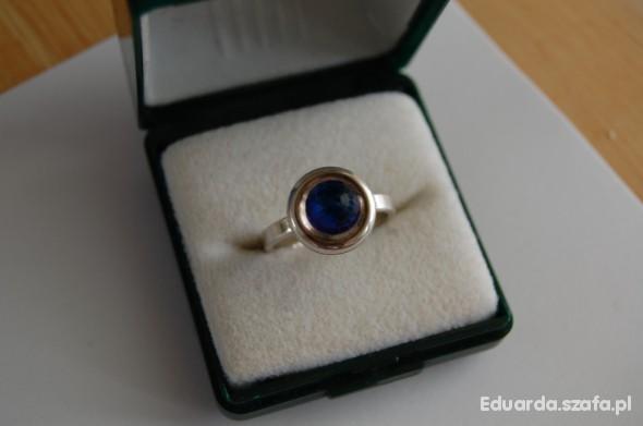 Srebrny z kryształem Swarovskiego