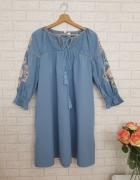Niebieska sukienka z haftem kwiaty roz XL Zara...