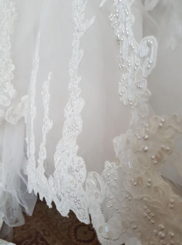 Śliczna suknia ślubna Lissa Ferrera