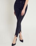 Jeansy zdobione przeszyciami i postrzępionymi nogawkami czarne...