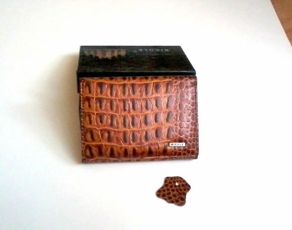 Nowy mały brązowy skórzany portfel