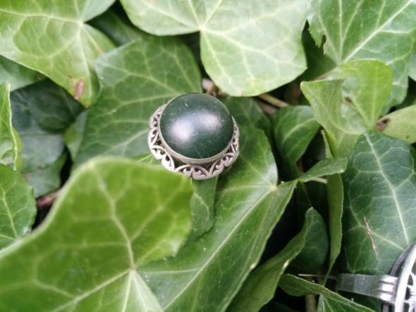 Koronkowy Warmet z zielonym kamieniem...
