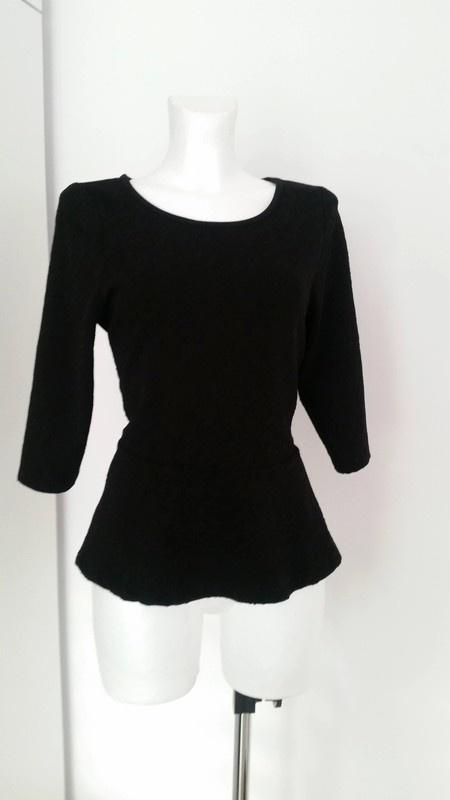 Bluzki Czarna bluzka z baskinka tloczone kwiaty Cubus